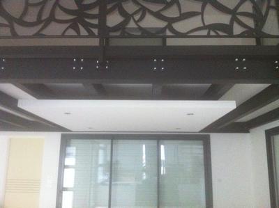 Pose d'un faux plafond sous mezzanine par ABP
